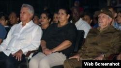 Miguel Díaz-Canel (I), miembro del Buró Político del Partido Comunista de Cuba (PCC), junto a Gladys Martínez (C), miembro del CC PCC, y el Comandante de la Revolución Ramiro Valdés (D), en Pinar del Río.