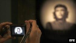 """A partir de la popular imagen del Che Guevara que realizó en 1960 el fotógrafo Korda, el Palacio de la Virreina de Barcelona hace desde hoy en una exposición un recorrido por la evolución de la """"fetichización"""" de este icono."""