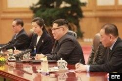 Kim Jong-un (c), durante su reunión con el presidente chino, Xi Jinping, en Pekín.