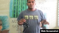 Reporta Cuba. Robeisy Zapata muestra cámara destruida por la policía cuando los filmada.