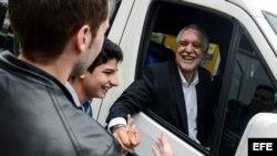 El candidato a la Alcaldía de Bogotá por el partido Equipo por Bogotá, Enrique Peñalosa, saluda a simpatizantes mientras asiste a votar hoy, domingo 25 de octubre de 2015, en Bogotá (Colombia).