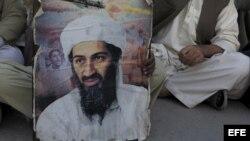 Un paquistaní sujeta un retrato de Osama bin Laden.
