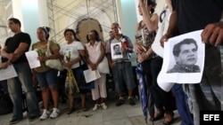 Grupo de opositores del Movimiento Cristiano Liberación (MCL) asiste a misa en homenaje a los activistas fallecidos Oswaldo Payá y Harold Cepero en el Cementerio Colón en La Habana (Cuba).