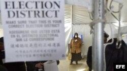 Un grupo de trabajadores vota para las elecciones presidenciales de Estados Unidos.