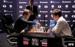 Carlsen (i) y Karjakin en el desempate.