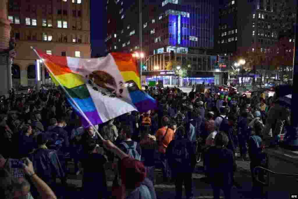 Manifestantes se congregan ante el Ayuntamiento de Oakland, California (EEUU) antes de participar en una manifestación contra la elección de Donald Trump como nuevo presidente estaodunidense, el 10 de noviembre de 2016.