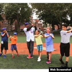 Yoenis Céspedes practica golf junto a un grupo de niños.