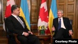 El presidente de Ucrania, Petr Poroshenko, junto al premier canadiense, Stephen Harper.