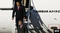 ARCHIVO. El presidente de Venezuela, Hugo Chávez, baja de su avión presidencial.