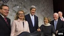 El senador demócrata por Massachusetts, John Kerry (c), junto a la secretaria de Estado estadounidense, Hillary Clinton (2i), y los senadores demócratas Robert Menendez (i), Barbara Boxer (2d), y Ben Cradin (d).