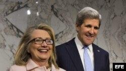 El senador demócrata por Massachusetts, John Kerry (d), junto a la secretaria de Estado estadounidense, Hillary Clinton (i).