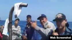 Policías llegan en balsa a costas de Florida