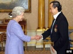 Archivo: La Reina Isabel II (i) recibe las cartas credenciales del embajador mexicano Juan Jose Bremer De Martino.