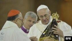 El papa Francisco (d) recive un escultura de la patrona de la iglesia de Nuestra Señora de Aparecida hoy, miércoles 24 de julio de 2013, en la ciudad de Aparecida, a 196 kilómetros de Sao Paulo, Brasil