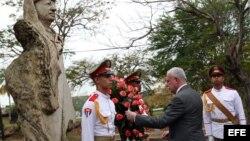El ministro de Asuntos Exteriores de Palestina, Riad Al-Malki (d), coloca una ofrenda floral ante un busto del fallecido líder palestino Yasser Arafat.