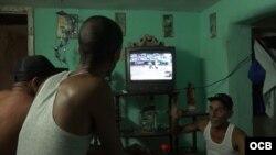Cubanos en la isla opinan sobre la transmisión de la Serie Mundial de béisbol por la televisión oficialista.