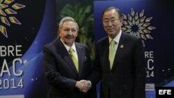 El gobernante cubano, Raúl Castro (i), y el secretario general de la ONU, Ban Ki Moon posaron para una fotografía el martes 28 de enero de 2014, en la inauguración de la II Cumbre de la Celac, en La Habana (Cuba).