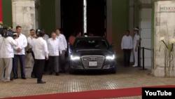 Raúl Castro llega al Palacio de Gobierno.