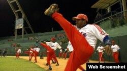 Peloteros cubanos entrenan en el Estadio Latinoamericano.