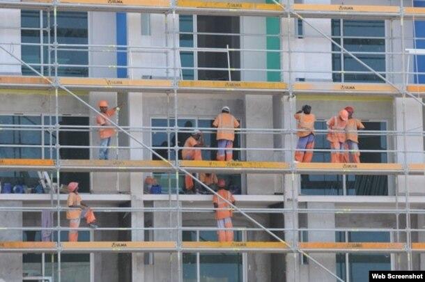 Extranjeros trabajan en La Habana en la construcción de hoteles