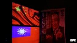 Una ilustración de Donald Trump en la portada de diario junto a la bandera de Taiwám y la de China comunista.