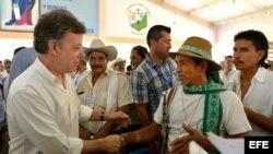 Fotografía cedida por la Presidencia de Colombia del mandatario Juan Manuel Santos, quien lideró un acto de recuperación y entrega de tierras en San Vicente del Caguán el pasado miércoles 20 de febrero de 2013