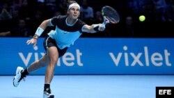 El tenista español Rafael Nadal devuelve la bola a su compatriota David Ferrer.