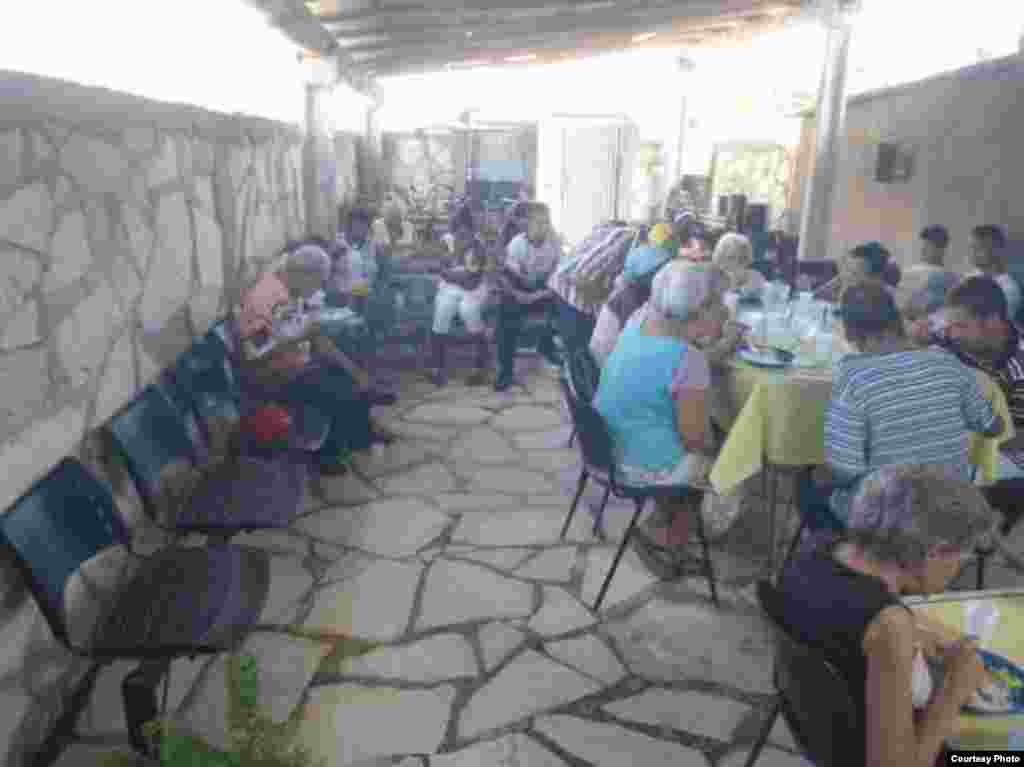 Todas las semanas las personas son atendidas por los feligreses de esta iglesia en Camagüey.
