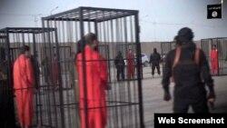 La puesta en escena de este vídeo recuerda a la del piloto jordano quemado vivo en una jaula