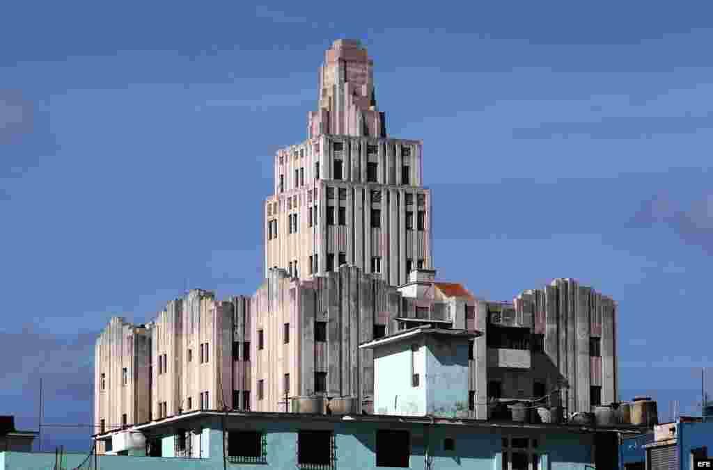 La Habana (Cuba), del edificio López Serrano, uno de los exponentes del Art Deco en la capital cubana, donde esta tarde se inaugura el 12 Congreso Mundial Art Deco que sesionará hasta el próximo día 18 de marzo. EFE/Alejandro Ernesto