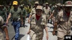 Miembros de la Milicia Bolivariana de Venezuela participan en una manifestación.