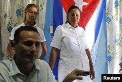 José Daniel Ferrer en entrevista con Reuters junto a su esposa Belkis Cantillo (centro), su hija Martha (izq.)