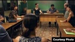 """En el filme cubano """"Conducta"""", cuando para despedirla le echan en cara sus muchos años en el magisterio, la maestra Carmela responde: """"no tanto tiempo como los que dirigen este país""""."""
