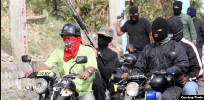 Desde los tiempos de Chávez los colectivos han sido dotados de motocicletas con las que atacan o secuestran a los manifestantes opositores (Runrunes)