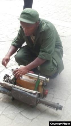 Un hombre en la capital se prepara para fumigar Foto Serafín Morán