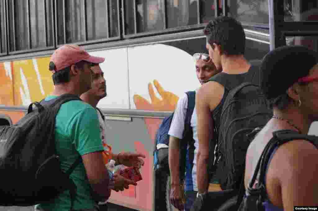 Cubanos varados en Costa Rica son deportados a Nicaragua por la Dirección General de Migración y Extranjería.
