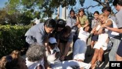 Foto de archivo de miembros de la Policía y de la seguridad cubanas reprimiendo a las Damas de Blanco. EFE/Alejandro Ernesto