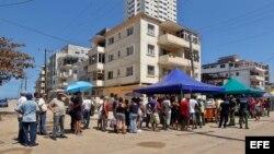 Personas hacen fila para comprar alimentos tras el paso del huracán Irma, hoy jueves, 14 de septiembre de 2017, en La Habana (Cuba).