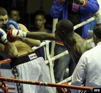 El boxeador cubano Erislandy Savón (c) y el ruso Dmitry Zaytsev (i) combaten en la categoría de los 91 kg.