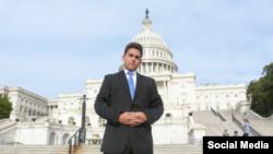 Llerena posa ante el edificio del Capitolio en Washington DC.