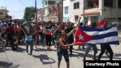 Turba oficialista contra Damas de Blanco. (Foto: Maykel Paneque)