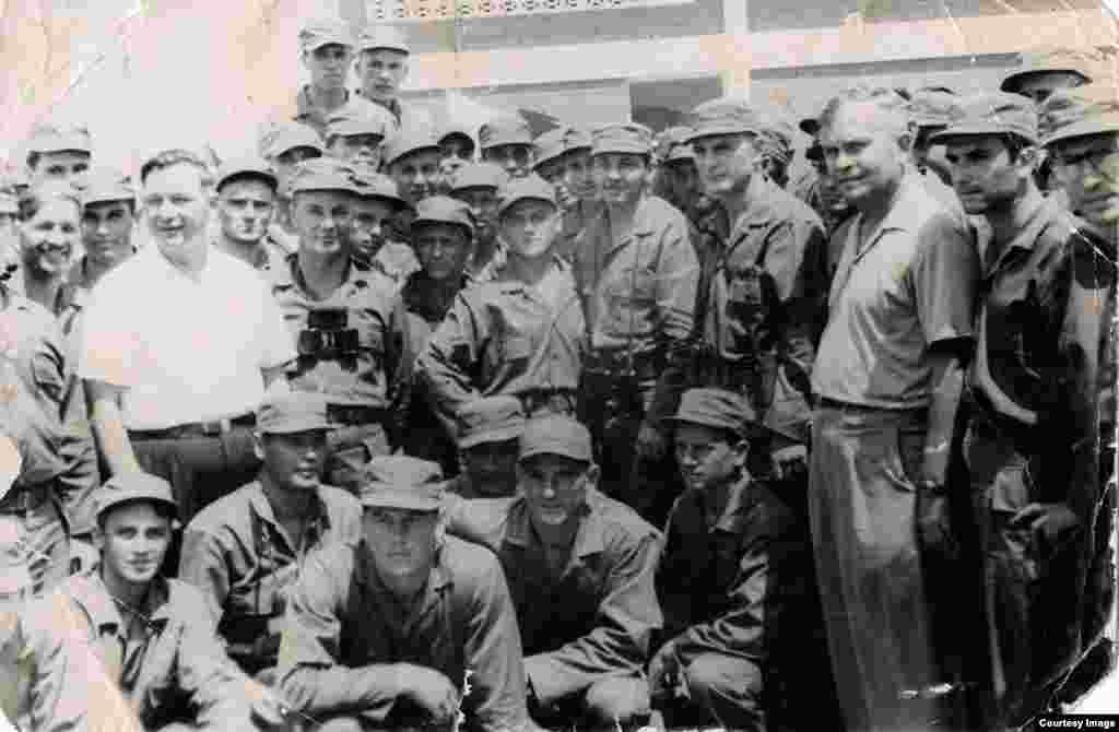 Castro en Santa Clara en maniobras militares con asesores soviéticos.