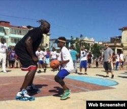 Shaquille O'Neal entrena a niños cubanos en La Habana.