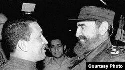 Hugo Chavez y Fidel Castro en La Habana, Cuba en 1994.