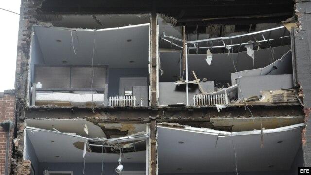 """Fotografía de un edificio cuya fachada resultó gravemente dañada tras el paso del ciclón tropical """"Sandy"""" por la ciudad de Nueva York."""