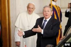 Raúl Castro conversa con la prensa antes de dejar el Vaticano.
