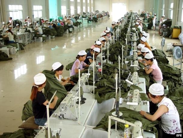 Resultado de imagen para obreros chinos hacinados en fabrica
