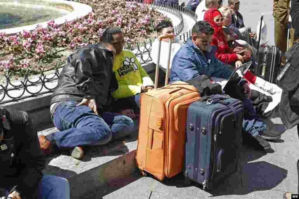 """Decenas de expresos cubanos llegados a España entre 2010 y 2011 se han concentrado hoy en la céntrica Puerta del Sol de Madrid para denunciar que más de 80 excarcelados y sus familiares han quedado """"en total desamparo"""" tras dejar de recibir ayudas del Gob"""