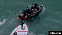 Guadacostas apuntan sus armas contra balseros cubanos interceptados cerca de Key Biscayne.