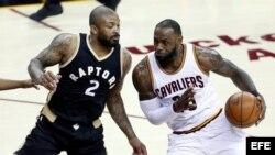 LeBron James (d), disputa el balón con PJ Tucker (i), de Toronto Raptors.
